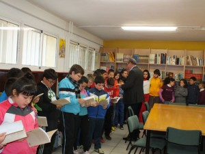 El alcalde de Guadix entrega a los alumnos y alumnas de quinto de primaria del colegio Medina Olmos el libro ganador del VI Premio de Poesa para nios Prncipe Preguntn