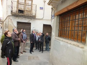 El alcalde toma nota de las necesidades del barrio de Santa Ana en una visita realizada con los vecinos