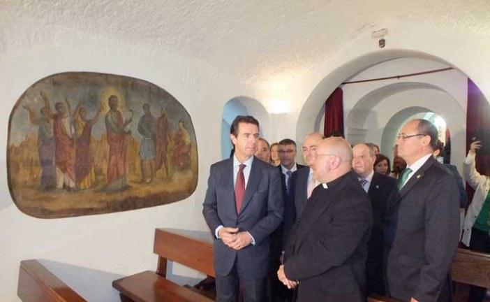El Ministro de Turismo recibe el dossier para la declaración de Cascamorras como Fiesta de Interés Turístico Internacional