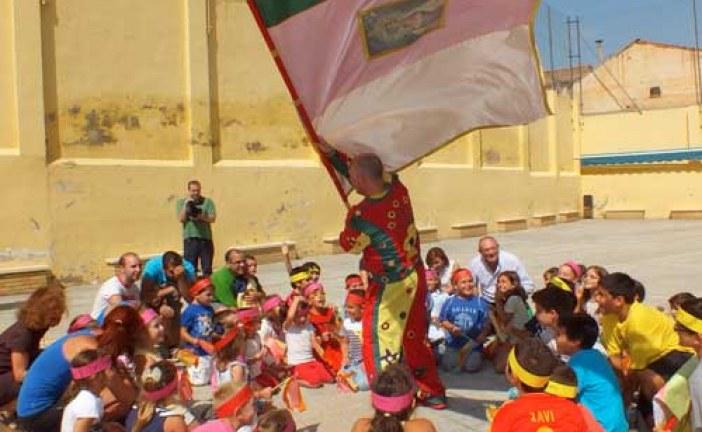 Cascamorras visita a los niños de la escuela de verano junto a la concejala de Servicios Sociales y el alcalde