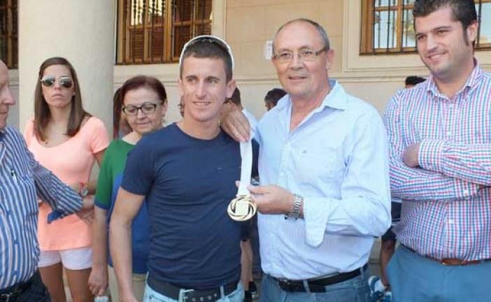 El Ayuntamiento de Guadix reconoce al marchador irlandés Robert Heffernan su medalla de oro en los Mundiales de Atletismo de Moscú y le agradece su relación con la ciudad