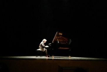 Un virtuoso y cercano Chano Domínguez hace las delicias del público que llenó ayer el Teatro Mira de Amescua para disfrutar de su actuación