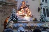 Una gran multitud de accitanos acompañan a la Virgen de las Angustias en el Rosario de la Aurora