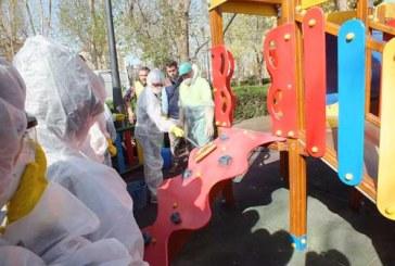 """Los alumnos de 5ºA de La Presentación limpian las pintadas en los columpios del parque municipal como producto final en el proyecto internacional """"Design for change"""""""
