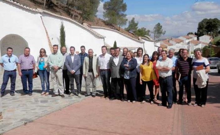[Vídeo] Alcaldes del norte de la provincia de Granada se reúnen en Trópolis para regular tratar el tema de la regulación de las cuevas