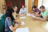 El alcalde de Guadix firma el contrato de arrendamiento de una de las naves industriales municipales del Parque Empresarial Príncipe Felipe