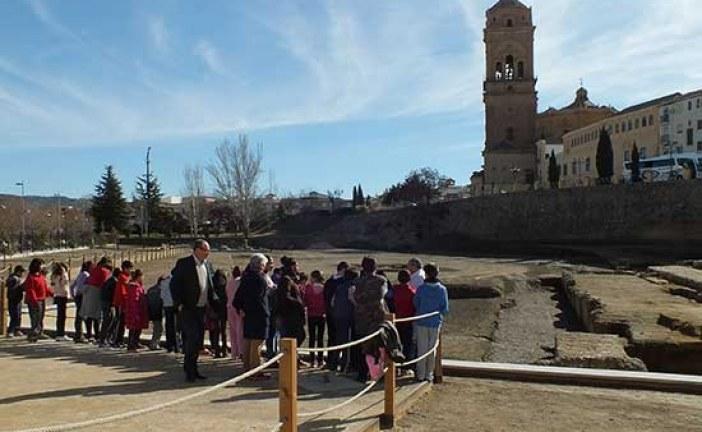 Los escolares de Guadix conocen sobre el terreno las singularidades del Teatro Romano
