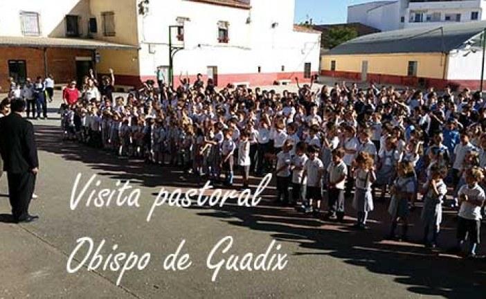 El obispo de Guadix es recibido por cientos de niños del Colegio de La Presentación [Vídeos]