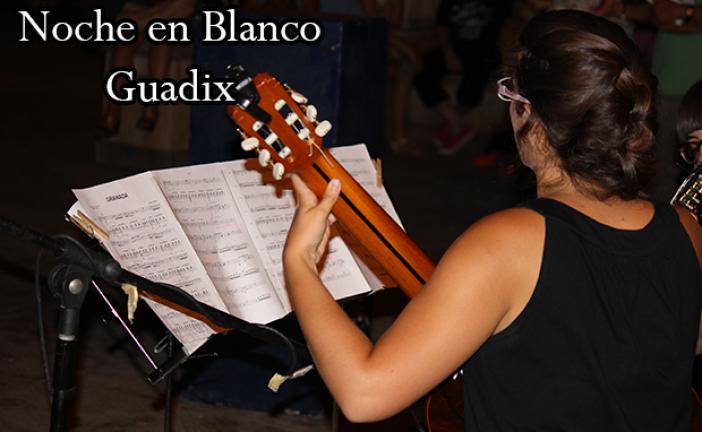 Granada de Albeniz suena en la noche en Blanco de Guadix