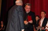 El Obispo de Guadix – Baza recibe el Pin de Oro de La Piedad en la fiesta del Cascamorras