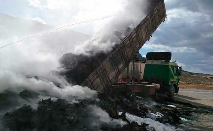 Los Bomberos de Guadix y los de Iznalloz sofocan un incendio en un camión cargado de esparto en la A-308