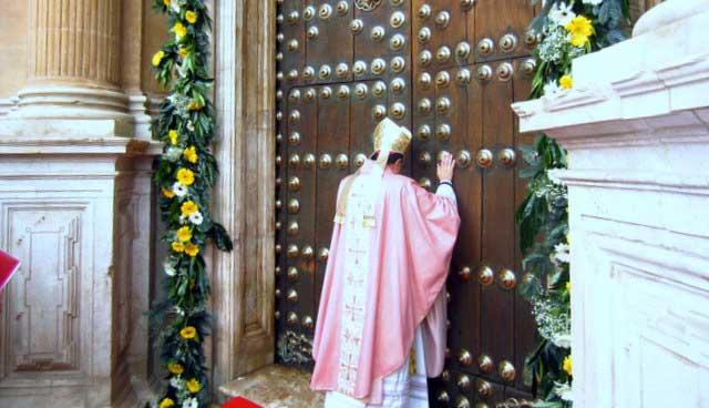 Apertura puerta santa por el Obispo de Guadix