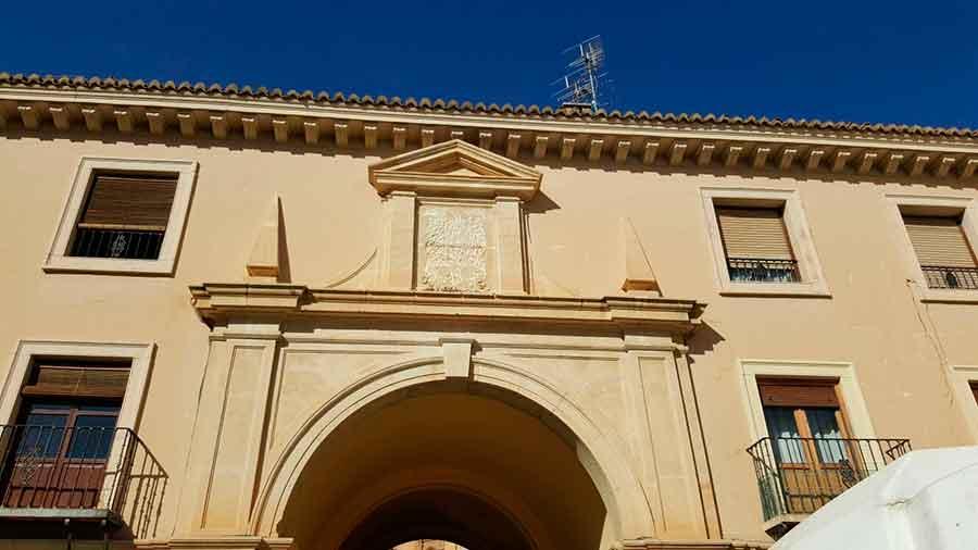 Retirada escudo de Fracon en Guadix