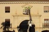 Retirado el escudo franquista de la plaza de las palomas de Guadix [Vídeo]