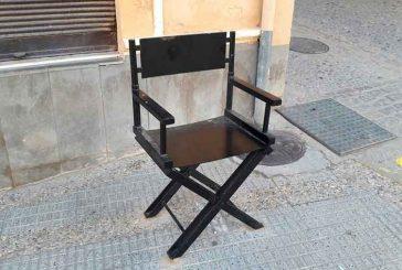 """El Ayuntamiento trabaja en la reposición de las bandas informativas de las sillas de director ubicadas en la ruta urbana """"Guadix de Cine"""""""