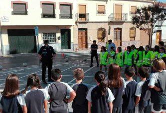 La Policía Local muestra al alumnado de La Presentación la importancia de la ordenación del tráfico a las entradas y salidas del colegio