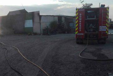 Los Bomberos emplean siete horas en extinguir un incendio en una nave agrícola de Dólar