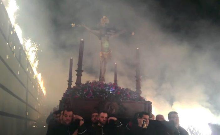 Espectacular bajada del Cristo de la Misericordia la noche del Lunes Santo