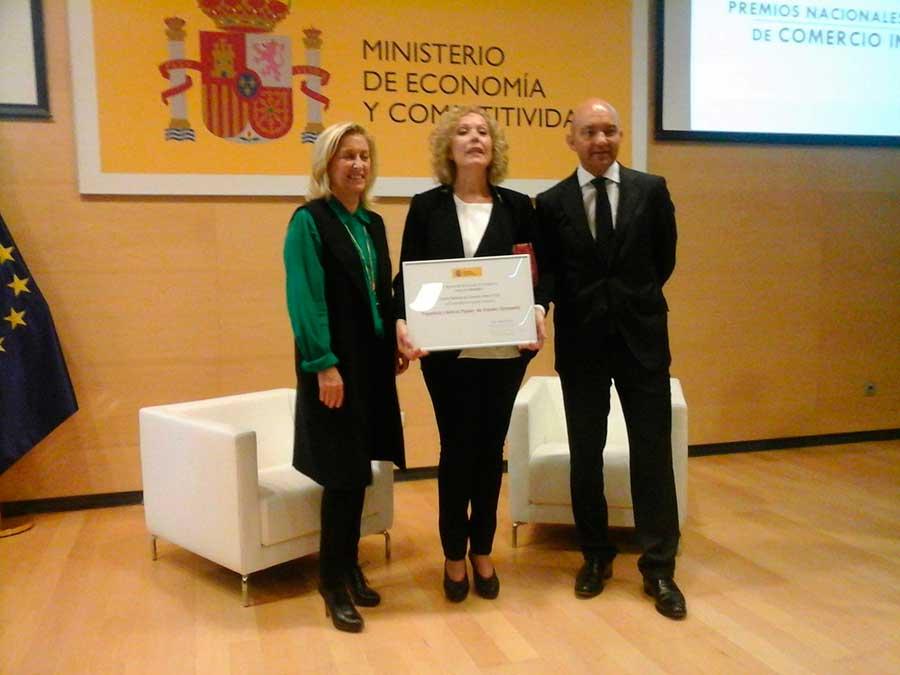 Maria Perez recogiendo el premio