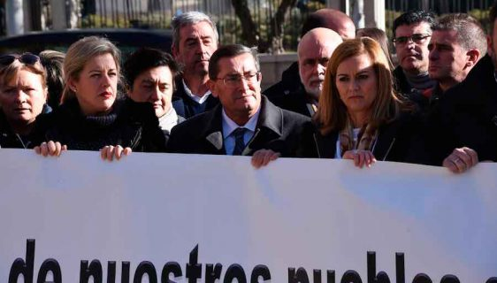 Alcaldes de Guadix en una concentración