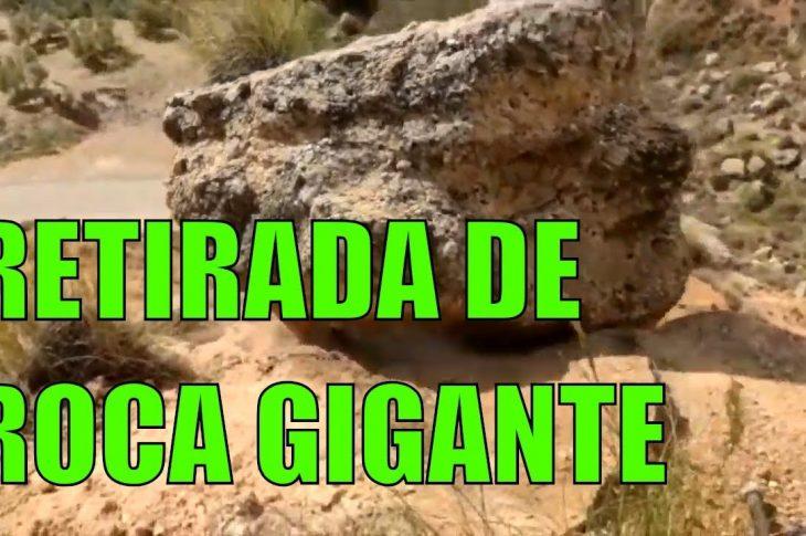 Los Bomberos de Guadix retiran una piedra de grandes dimensiones