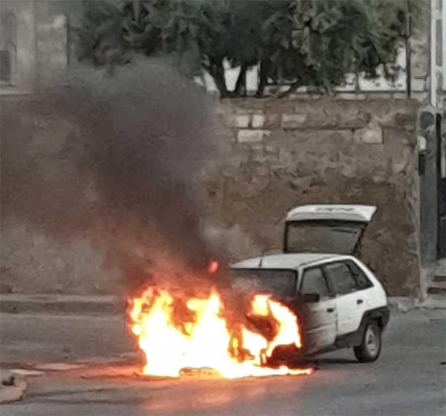 Los Bomberos de Guadix sofocan un incendio de un vehículo