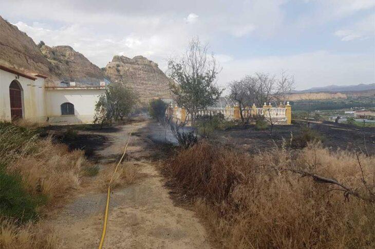 Bomberos de Guadix e Infoca participan en la extinción de un incendio de matorral en la carretera A-4100