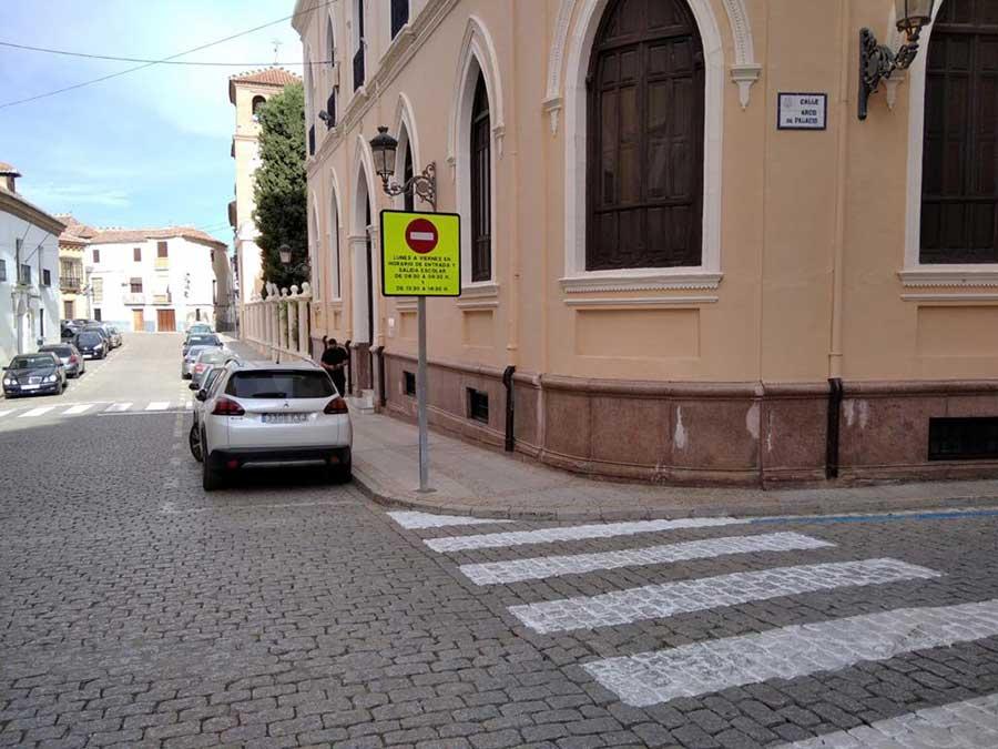 El Ayuntamiento de Guadix instala nuevas señalizaciones verticales en los accesos de los colegios accitanos