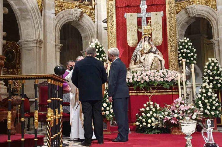 El alcalde de Guadix, Jesús Lorente, entrega el Bastón de Mando de la ciudad a la Virgen de las Angustias, Patrona de la ciudad