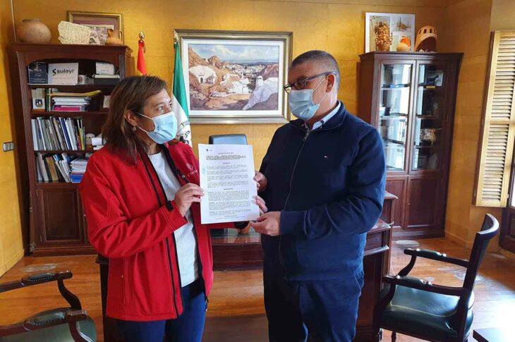 Firma de convenios con Cáritas Interparroquial y Proyecto Hombre