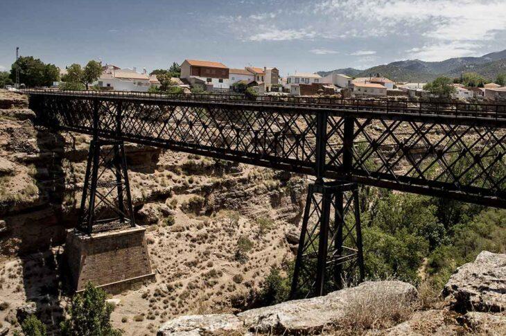 Puente de hierro en Baúl