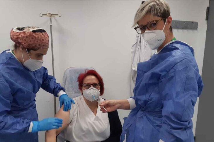 Primera sanitaria vacunadda en el Hospital de Guadix