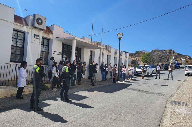 Concentración en Guadix para condenar las agresiones a tres profesionales de los Servicios Sociales Comunitarios