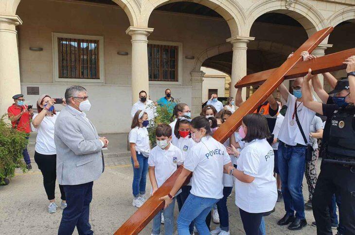 Alcalde de Guadix con la cruz de los jóvenes