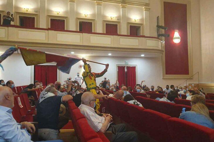 Cascamorras en el teatro Dengra de Baza